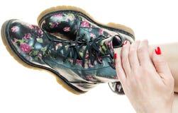 Botas militares del estilo con la decoración de las flores en manos con el po Imagen de archivo