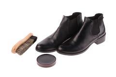 Botas negras con el cepillo del zapato Foto de archivo libre de regalías