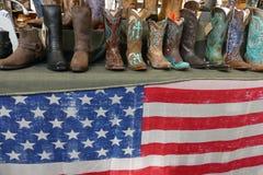 Botas occidentales en venta en un tema norteamericano justo imagenes de archivo