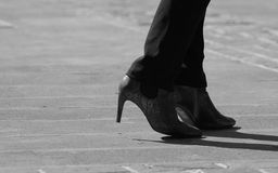 Botas pretas colocadas saltos elevação vestindo da mulher Foto de Stock Royalty Free