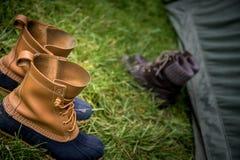 Botas que acampan en la hierba Imagen de archivo libre de regalías