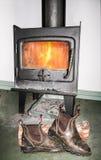 Botas que secam na frente do fogo Imagem de Stock