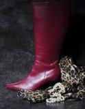 Botas rojas de los infiernos de las señoras altas altas con la bufanda del estampado de animales Fotografía de archivo