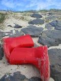 Botas rojas en una declividad Fotos de archivo libres de regalías