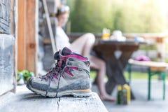 Botas Trekking na varanda de uma cabana alpina F?rias de ver?o nas montanhas fotos de stock