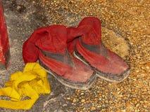 Botas vermelhas de uma monge, monastério de Tashilhunpo, Shigatse, Tibet, China fotos de stock royalty free