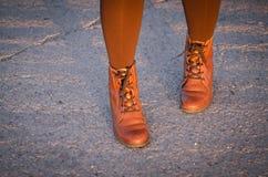 Botas vestindo da mulher imagem de stock royalty free
