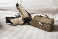 Botas y bolso femeninos de los pares sobre blanco Imagen de archivo libre de regalías