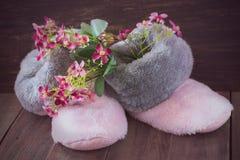 Botas y flores de la piel foto de archivo libre de regalías