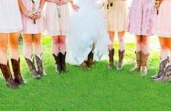 Botas y piernas de muchachas en banquete de boda Fotografía de archivo libre de regalías