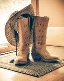 Botas y sombrero occidentales entonados retros Fotografía de archivo libre de regalías