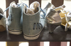 Botas y zapatos azules en la madera Foto de archivo libre de regalías