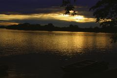 Bote amarrado no crepúsculo no São Francisco River imagens de stock