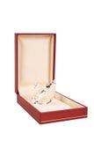Boîte à bijoux rouge avec le cygne en cristal d'isolement sur le blanc Photos stock