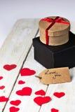Boîte-cadeau et papercut de coeur sur le fond en bois Photo stock