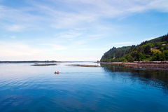 Bote com os povos em costas quietas das marés de Oce pacífico Imagens de Stock