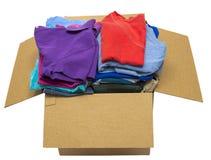 Boîte complètement de vêtements d'une manière ordonnée pliés d'isolement Photographie stock libre de droits
