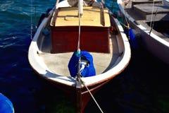 Bote da navigação entrado no porto no mediterrâneo Imagem de Stock Royalty Free