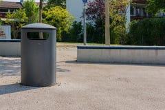 Bote de basura al aire libre del parque público Sunny Day Recycling Fotografía de archivo libre de regalías