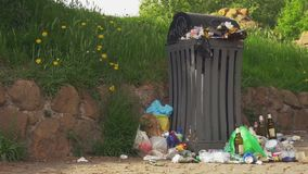 Bote de basura apretado en la ciudad metrajes