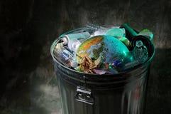 Bote de basura con Rubish y tierra Fotos de archivo libres de regalías