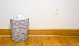 Bote de basura de la oficina en el piso de madera fotos de archivo