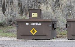 Bote de basura de la prueba del oso en el borde de la carretera Fotos de archivo