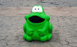 Bote de basura de la rana verde Foto de archivo libre de regalías