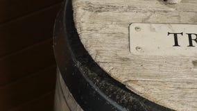 Bote de basura de madera metrajes