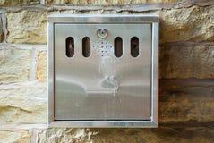 Bote de basura del cigarrillo Fotos de archivo libres de regalías