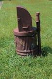 Bote de basura del metal de Brown alterado para ser oso-prueba imagen de archivo libre de regalías