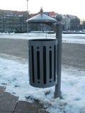 Bote de basura en la calle Imagen de archivo