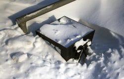 Bote de basura en nieve profunda foto de archivo