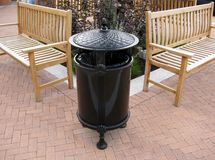 Bote de basura negro elegante del metal Foto de archivo libre de regalías