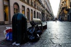 Bote de basura por completo y basura abandonada en Turín, Italia Imágenes de archivo libres de regalías