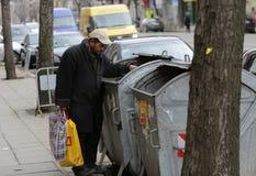 Bote de basura sin hogar Imagenes de archivo