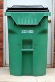 Bote de basura verde Fotos de archivo libres de regalías