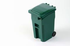 Bote de basura verde rodado aislado Fotos de archivo