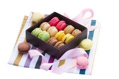 Boîte de macarons frais Photos libres de droits