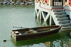 Bote de remos al lado de las escaleras del puerto deportivo Fotos de archivo