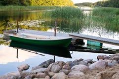 Bote de remos almacenado cerca del embarcadero de madera Foto de archivo libre de regalías