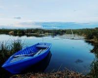 Bote de remos azul Imagen de archivo libre de regalías