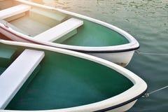 Bote de remos blanco amarrado cerca de orilla imagen de archivo