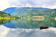 Bote de remos en el fiordo Ulvik, Noruega imagen de archivo