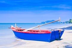 Bote de remos en la playa. Foto de archivo libre de regalías