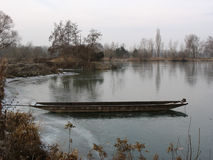 Bote de remos en un lago durante invierno Imagen de archivo libre de regalías