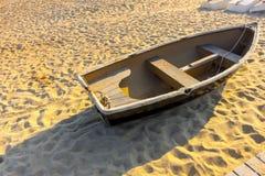 Bote de remos de madera viejo de la puesta del sol de la salida del sol del verano en orilla de un gol arenoso fotos de archivo libres de regalías