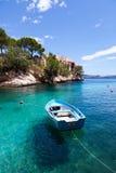 Bote de remos viejo amarrado en Cala Fornells, Majorca imagen de archivo libre de regalías
