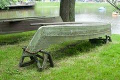 Bote de remos vuelto hacia arriba viejo en la orilla Imagenes de archivo