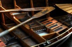Bote de remos y remos de madera Foto de archivo libre de regalías